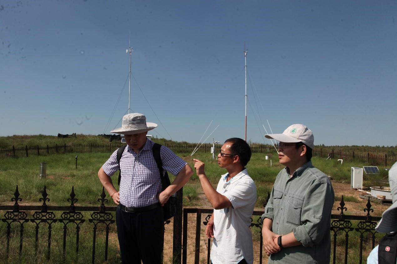 叶学华博士介绍鄂尔多斯站生态监测工作