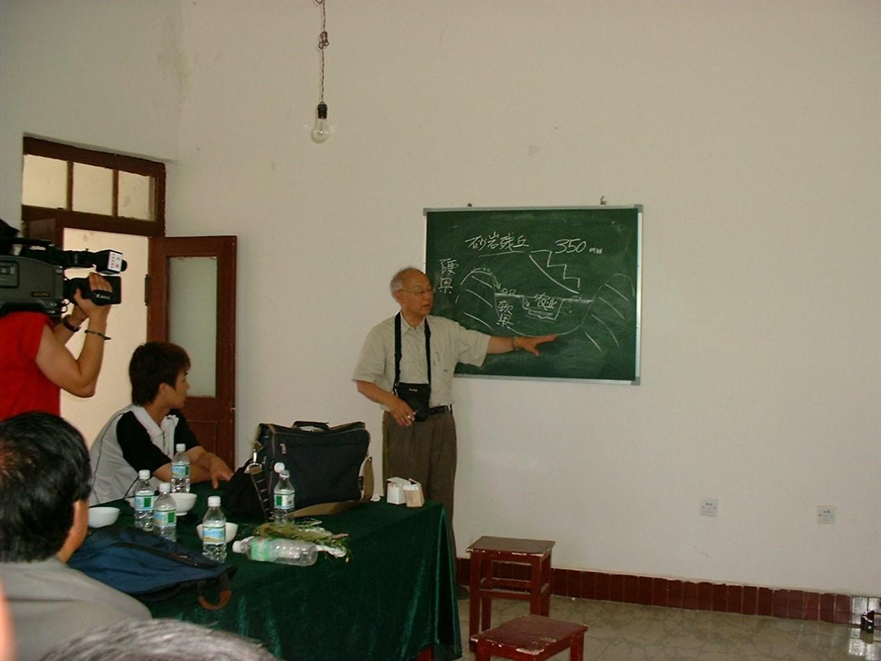 2002年6月,张新时院士为来生态站考察专家学者讲解鄂尔多斯高原景观地貌