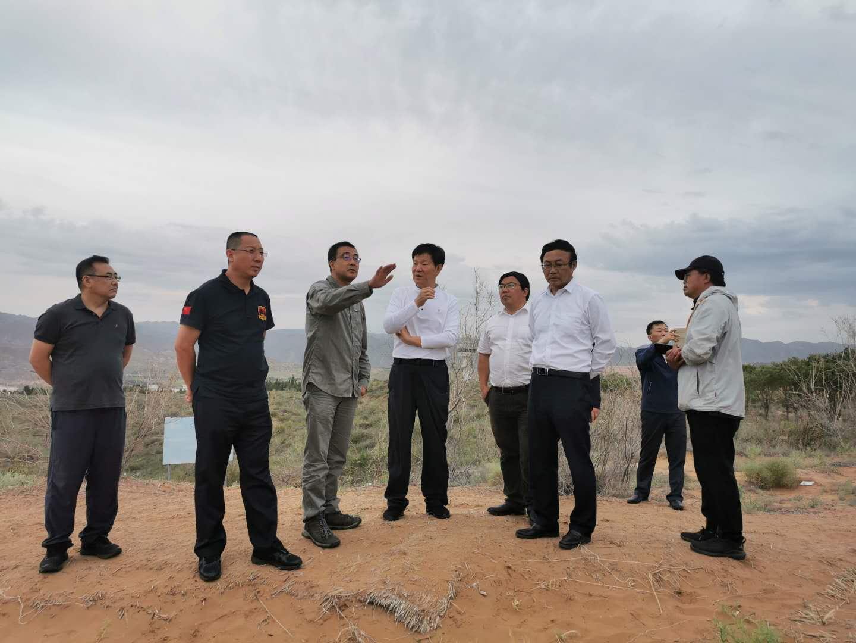 宁夏回族自治区副主席杨东一行到沙坡头站考察