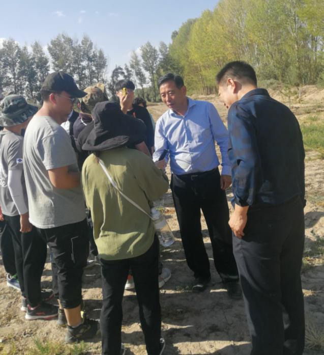 甘肃农业大学党委书记钟福国教授一行来民勤站考察指导工作